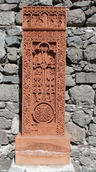 Khachkars na entrada do Mosteiro de Geghard