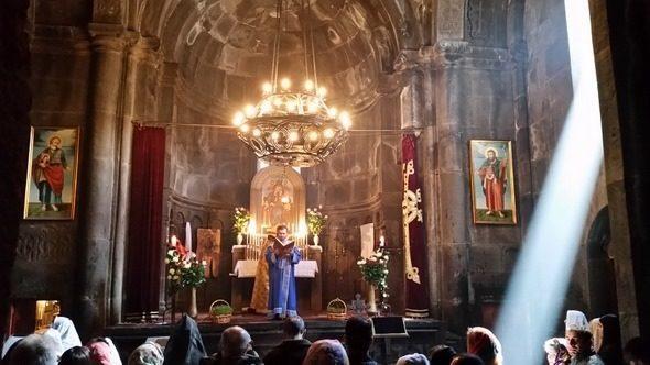Missa no Mosteiro de Geghard